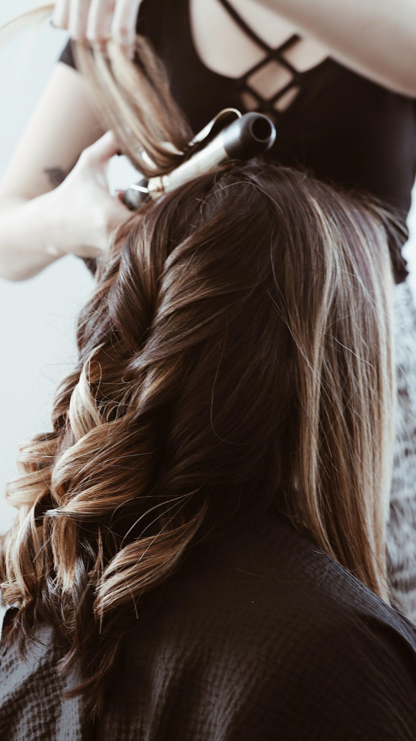 Parturi-kampaamo hiusten kiharrus